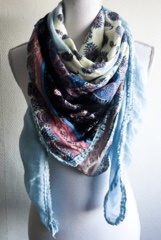 Vierkante sjaal met meerdere vlakken.