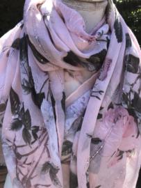 Roze sjaal met bloemen en glitters.