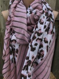 Oudroze sjaal met panterprint.