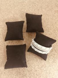 Set van 4 zwarte presentatie kussentjes voor armbanden.