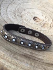 Bruine armband met strass.