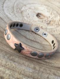 Zalmroze armband met sterren.