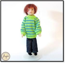 V29522 Jongen in groen gestreepte sweater