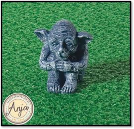 4957 Zittende goblin beeldje