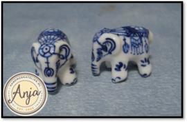 D2250 Twee porseleinen olifantjes