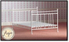 4387 - 2 Persoons bed wit metaal