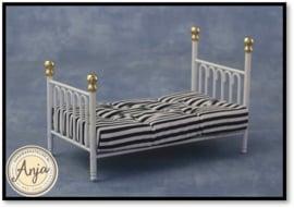 9112 Bed, wit metaal met matras en kussen en laken