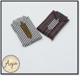 75001 Twee gevouwen overhemden met stropdas