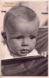 Felicitatiekaart baby kijkt de wereld in [14232]