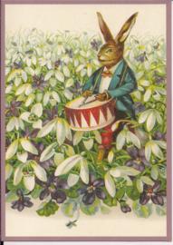 Trommelende paashaas in viooltjes Glitter prentbriefkaart [SV 6Wg006]