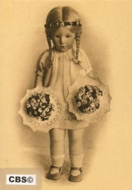 Kathe Kruse pop met 2 bloemboeketjes [132]