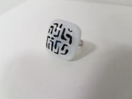 zwart wit ring met glazen applicatie