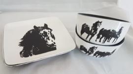 2 borden en 2 kommen van paarden