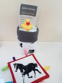 baby geboorte kado: paard met luiermandje en een labeldoekje