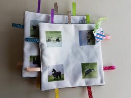 Moai Fryslan knisper baby labeldoekje: koe, kievit en paard (zachte achterkant)