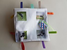 Moai Fryslan baby labeldoekje: koe, paard, kievit, boeren zwaluw (zachte achterkant)