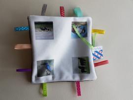Moai Fryslân baby labeldoekje: koe, paard, ijsvogel en specht (zachte achterkant)
