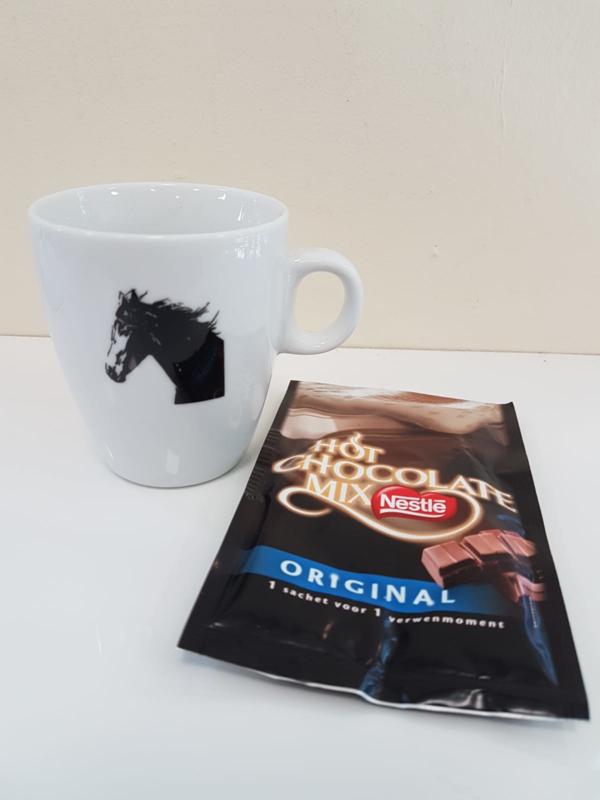 Verwenmoment: paarden mok met chocolademelk