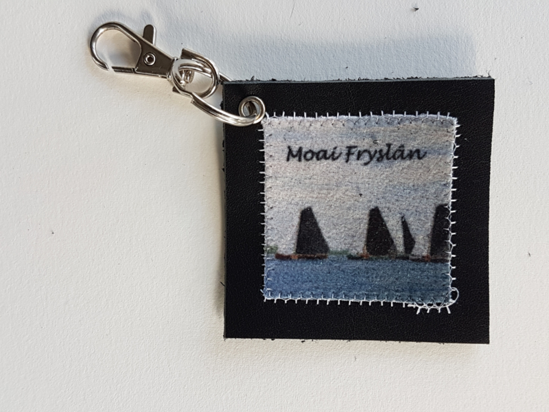Skûtsje sleutelhanger van leer en stof (Moai Fryslân)
