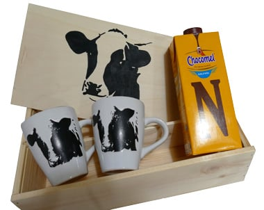Chocolademelk met grote mok en kist cadeau pakket