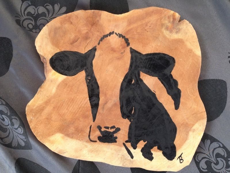 Teak Holzscheibe mit Kuh gemalt.