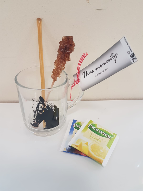 Theemomentje: paarden theeglas, met honing, kandij en thee