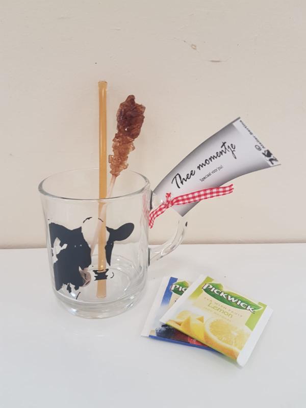 Theemomentje: koeien theeglas, met honing, kandij en thee