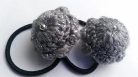 Haarelastiek zwart met grijs-zilveren Zeeuwse Knop