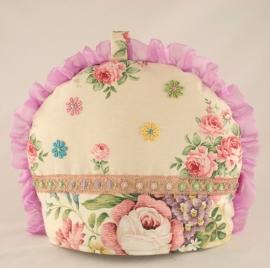 Romantische theemuts met geborduurde bloemetjes