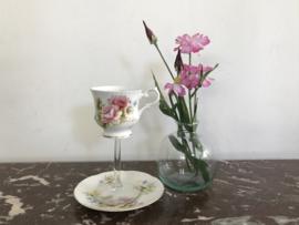 Kopje op glazen voet met bloemboeket