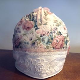 Lieve bloementheemuts met vintage roos decoratie