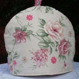 Theemuts rozen met grote parels als detail