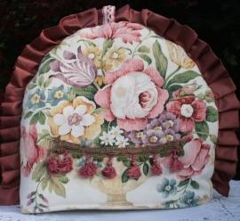 Romantische theemuts met fraai bloemenpatroon.