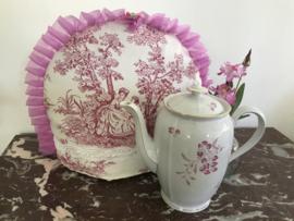 Grote theepot met roze boekentak