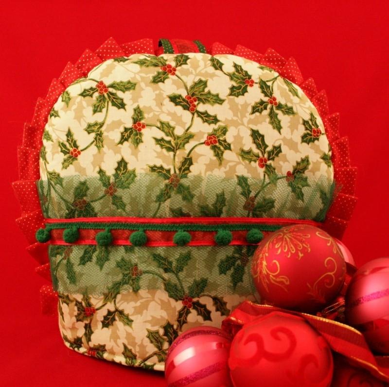 Kerst theemutsmet hulstblaadjes en groene tule