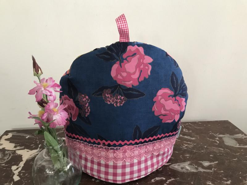 Theemuts in blauw met roze bloemen
