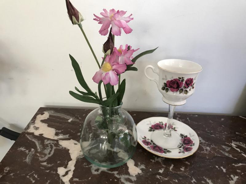 Engels kopje op glazen voet met donkerrode roos