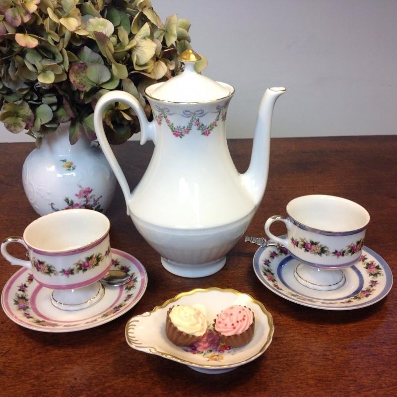 Tea for two, bijzondere theepot met 2 theekopjes op voet