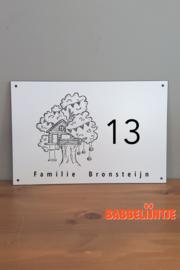 Huisnaambordje met boomhut