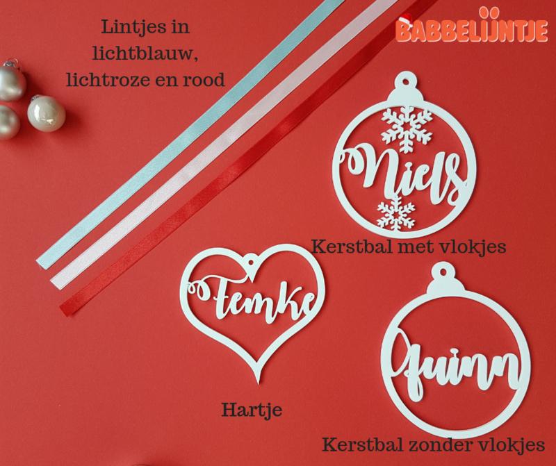 Kersthanger/ Kerstbal  met naam Wit (kerstbal, hartje, sterretjes, ijskristal)