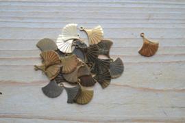 RVS Gold plated bedel ginkgoblad ca. 14 x 16 mm per stuk
