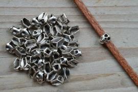 Metalen leerschuif doodshoofd  ca. 7 X 10 mm per stuk