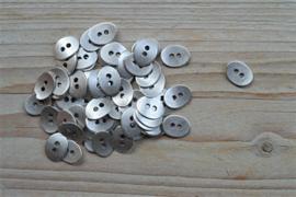 Metalen knoop '2 gaatjes' klein ca. 10 x 13 mm per 2 stuks