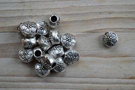 Metalen leerschuiver rond met bloem ca. 12 mm per stuk
