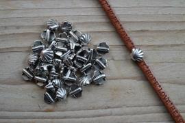 Metalen leerschuif schelp  ca. 7 x 7 mm per stuk