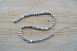 Zoetwaterparel nugget zilver ca. 6-7 mm (per streng)