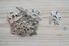 Metalen hanger jongen/meisje ca. 26 x 31 mm per stuk