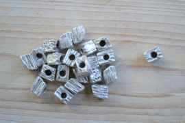 Metalen tussenkraal ca. 9 x 12 mm per stuk