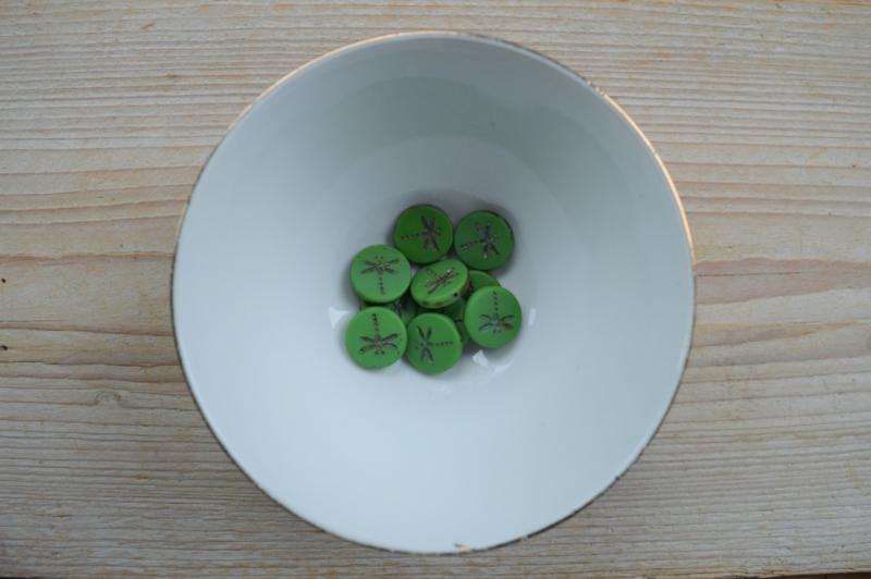 Libelle/Dragonfly Table Cut Bead  Matte Opaque Green ca. 17x4mm per stuk