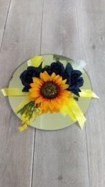 Bloemstukjes met kunstbloemen donkerblauwe rozen/zonnebloemen